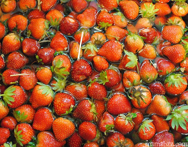 Wash-strawberries-for-pie