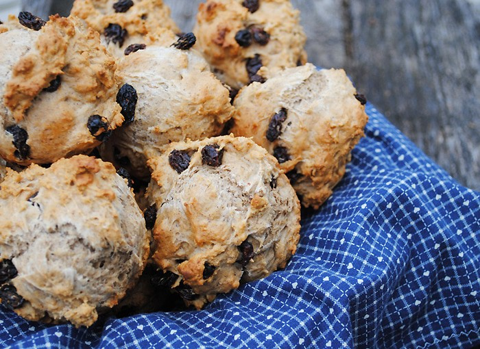 St Patricks Day food, like Irish Soda Bread, is so de-lish! Take Irish Soda Bread and give it a li'l twist, creating Irish Soda Bread Cinnamon Scones. Grab this easy scones recipe, perfect for breakfast on St Patricks Day or any other day of the year.