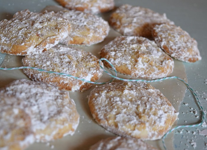Butter Almond Snowball Christmas Cookies {MamaBuzz - mamabzz.com}