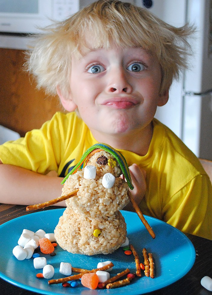 Create a new holiday tradition this Christmas. Rice Krispies treats make the cutest Rice Krispies snowman and Christmas tree, a holiday food craft kids will love decorating! How to make these festive treats.