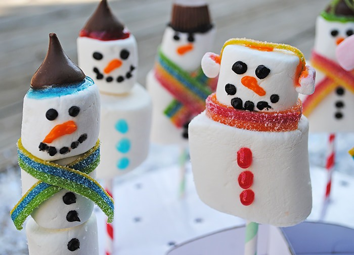 Use marshmallows of all sizes to make yummy Snowman Marshmallow Pops. They're a scrumptious Christmas craft or holiday party idea, and kids love decorating these festive treats.
