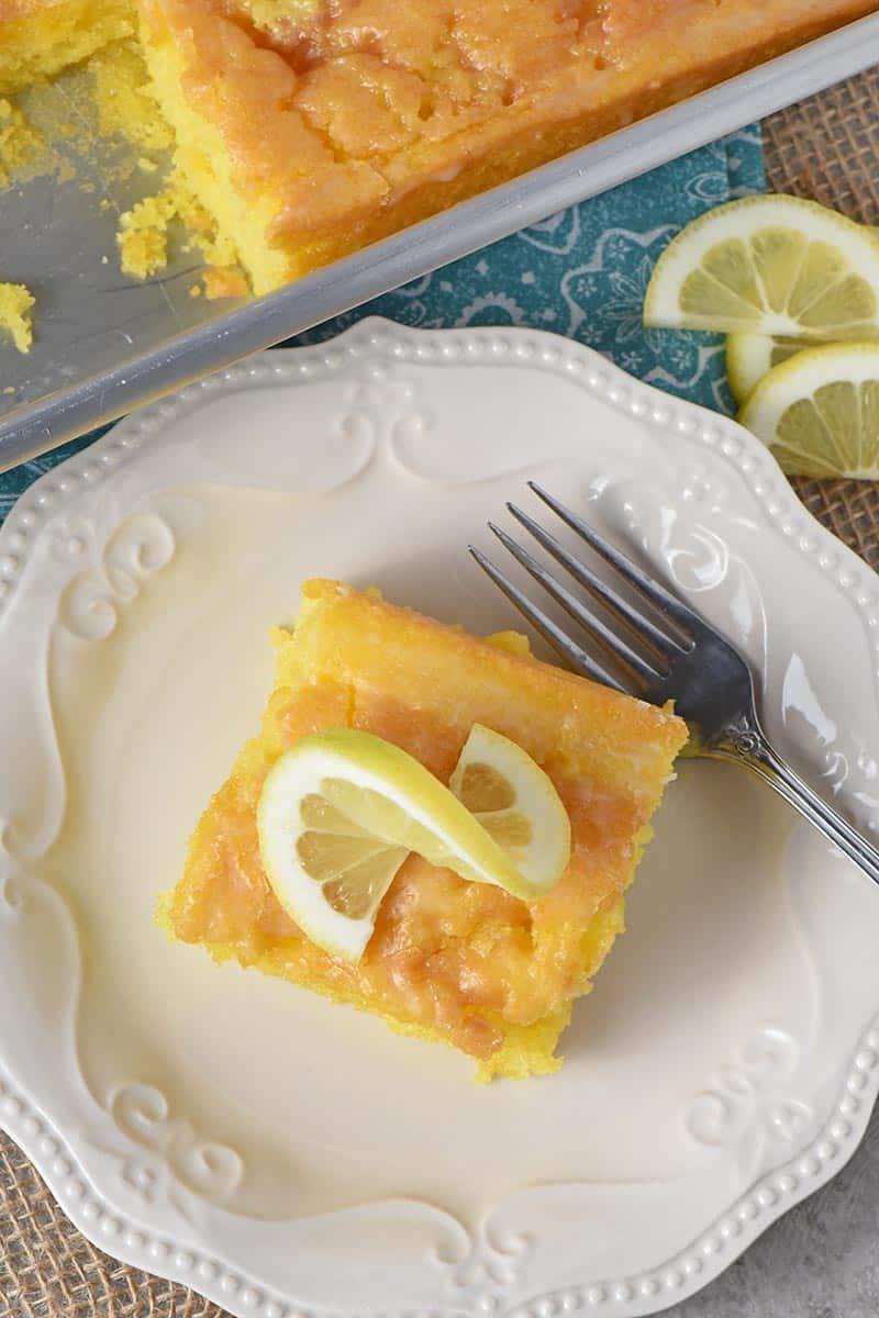 lemon cake from above with sliced lemon