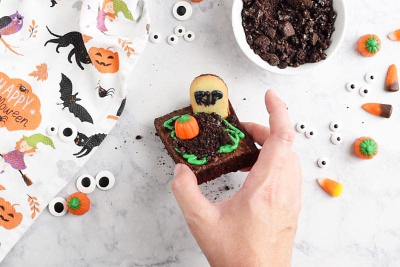 making graveyard halloween brownies, easy and spooky halloween treats for kids or halloween party
