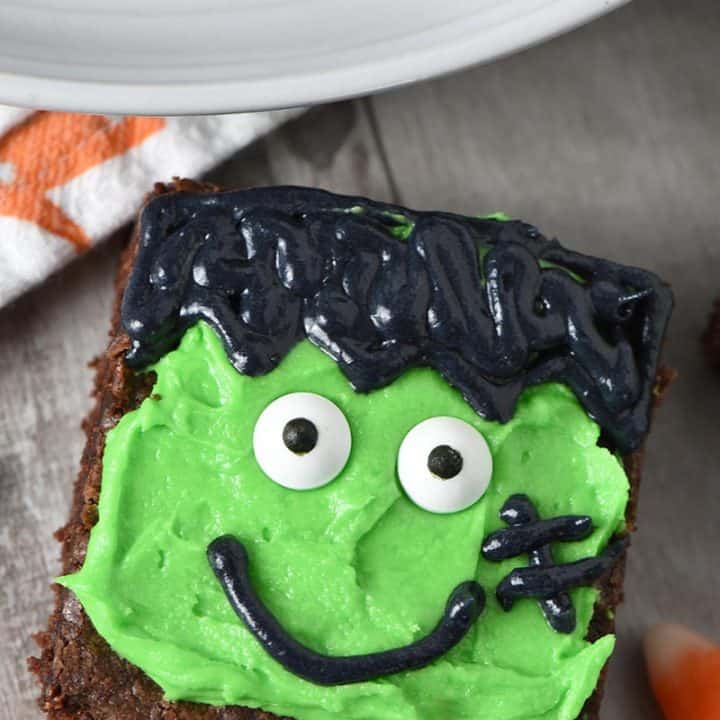 decorating Frankenstein Halloween brownies for easy Halloween treats