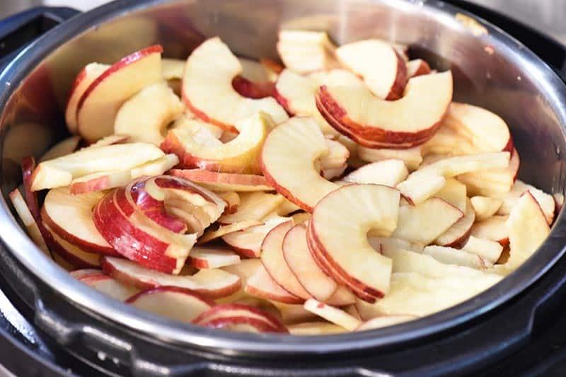 sliced apples for making applesauce, cinnamon applesauce recipe, in instant pot pressure cooker