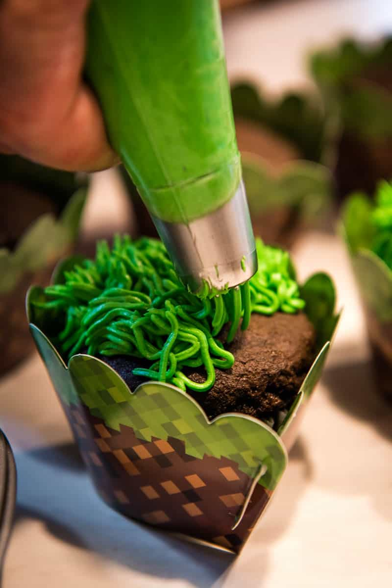 how to pipe grass frosting onto chocolate Minecraft cupcakes